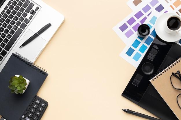 Плоский набор элементов графического дизайнера с копией пространства Premium Фотографии