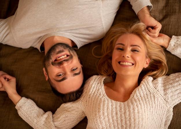 Posa piana delle coppie felici Foto Gratuite