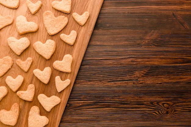 Flat lay of heart-shaped valentines day cookie with copy space Free Photo