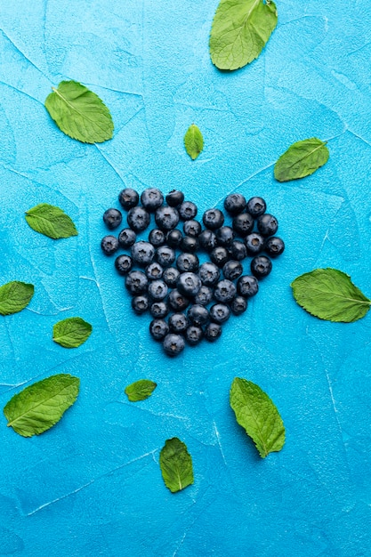 Flat-lay heartshaped currants with leaves Free Photo