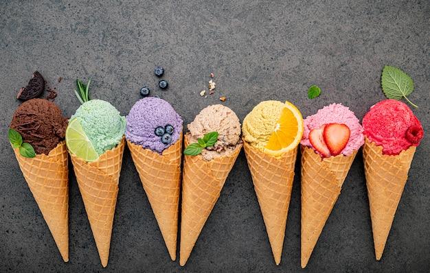 Плоский лежал конусы мороженого на темном фоне каменных. Premium Фотографии