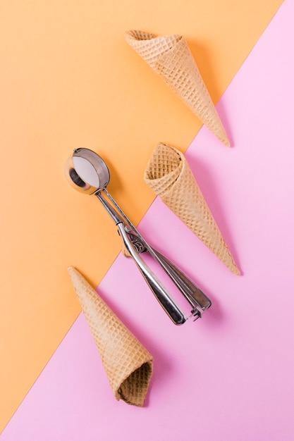 Плоское наложение конусов мороженого на стол Бесплатные Фотографии