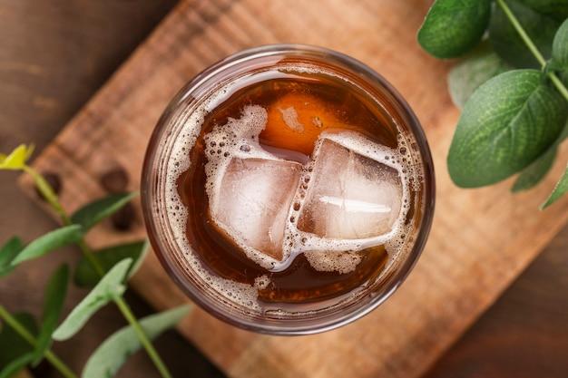Плоский лежал замороженный кофе на деревянной доске Premium Фотографии