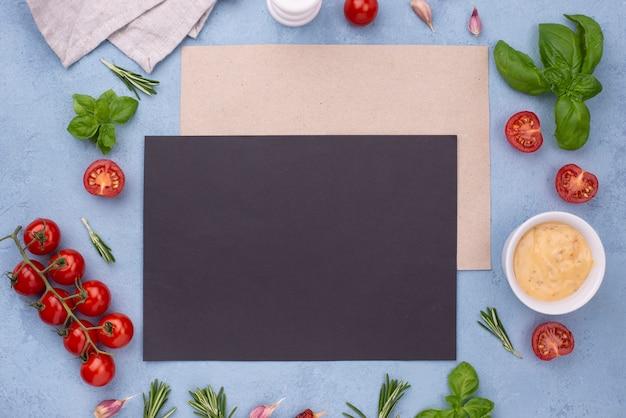 Ingredienti piatti laici e foglio di carta bianco Foto Gratuite
