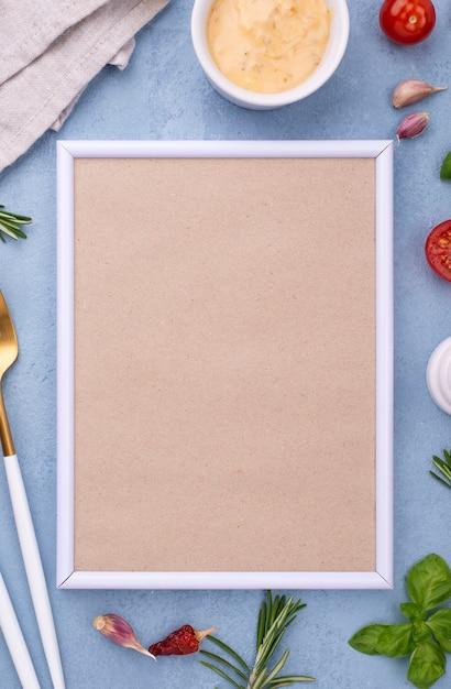 Ingredienti piatti laici e cornice sul tavolo Foto Gratuite