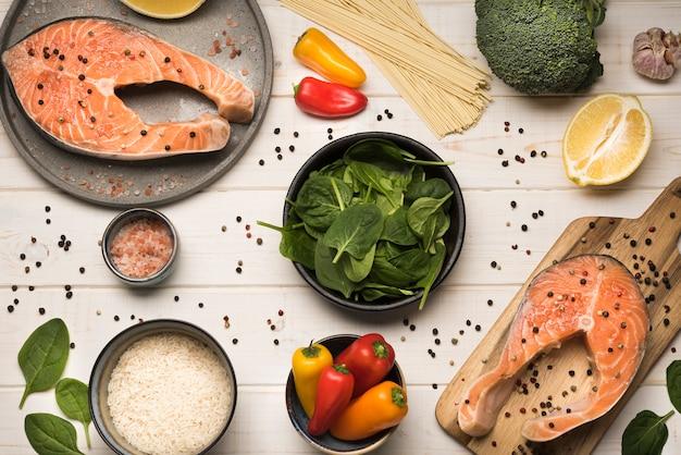Плоские ингредиенты со стейком из лосося Premium Фотографии