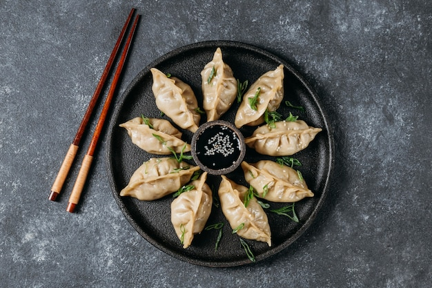 납작한 일본식 만두 모듬 무료 사진