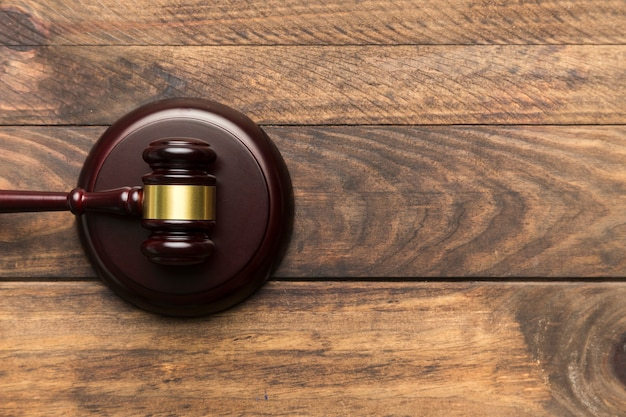 Flat lay judge gavel on sounding block Free Photo