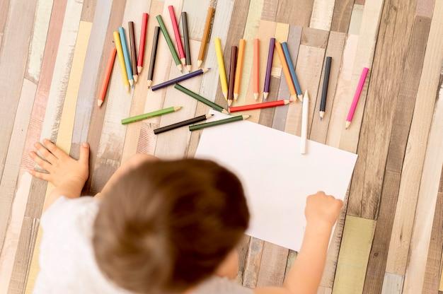 床の描画にフラット横たわっていた子供 無料写真