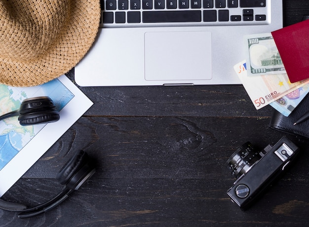 Flat lay of laptop and wallet of money Free Photo