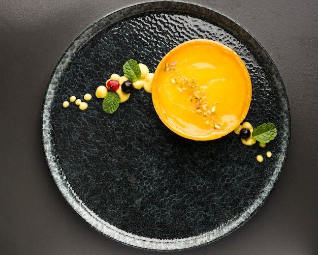 Плоско положите лимонный пирог на тарелку Бесплатные Фотографии