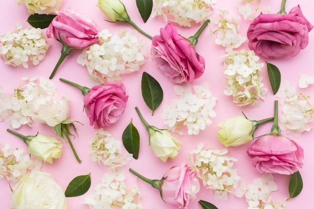 Плоская композиция из сирени и роз Premium Фотографии