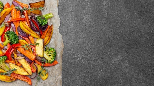 복사 공간이있는 평평한 평신도 지역 음식 식사 구색 무료 사진