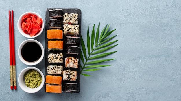 Плоские макеты суши роллы палочки для еды и соевый соус с копией пространства Бесплатные Фотографии