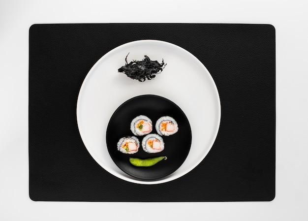 Рулоны маки с плоской планировкой и фасолью эдамаме Бесплатные Фотографии