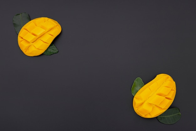 Flat lay of mango slices with leaves Free Photo