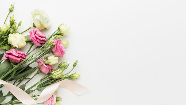 복사 공간 플랫 누워 미니 장미 꽃다발 프리미엄 사진