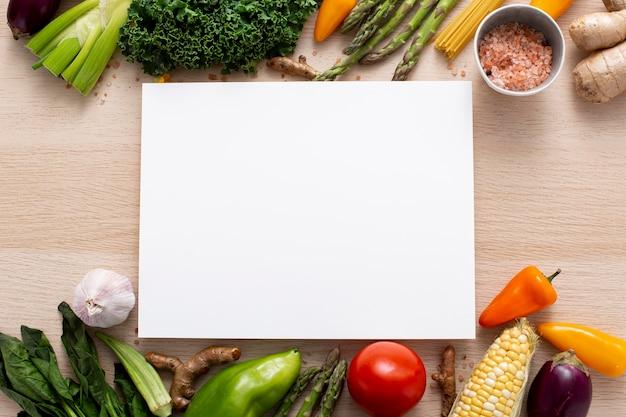 Плоская смесь овощей с пустым прямоугольником Premium Фотографии