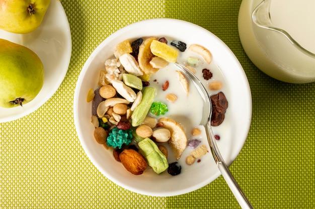 Flat lay musli with milk in a bowl arrangement Free Photo