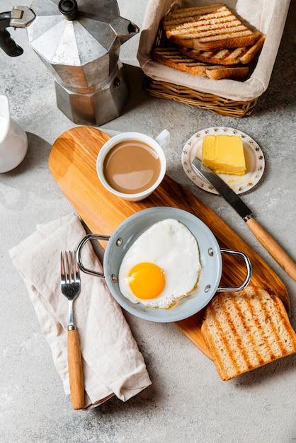 フラットレイ栄養価の高い朝食の食事の構成 無料写真