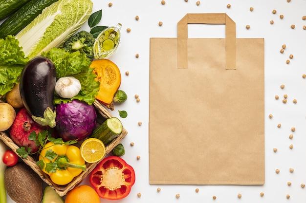 식료품 가방과 야채의 구색의 평평한 누워 무료 사진