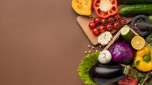 コピースペースのある有機野菜のバスケットのフラットレイ 無料写真