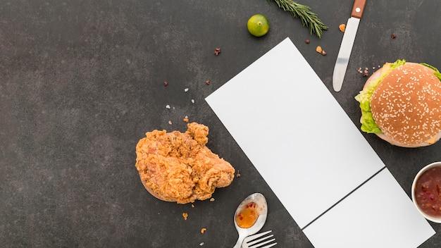 Плоский лист бумаги с меню с гамбургером и жареной курицей Бесплатные Фотографии