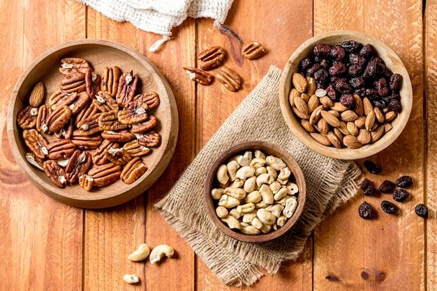 Плоская ваза с грецкими орехами и арахисом Premium Фотографии