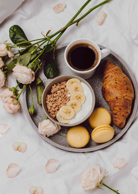 Плоская тарелка для завтрака с хлопьями и макаронами Бесплатные Фотографии