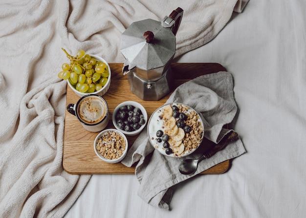 Плоский завтрак в постели с хлопьями и кофе Premium Фотографии