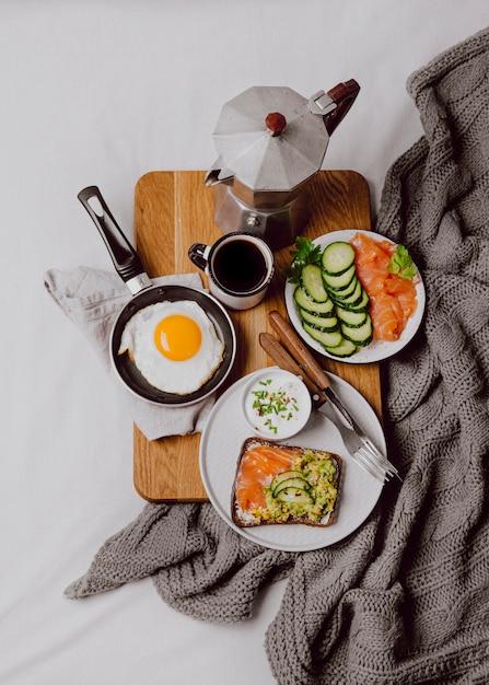 Плоская кладка бутербродов для завтрака на кровати с жареным яйцом и тостами Бесплатные Фотографии