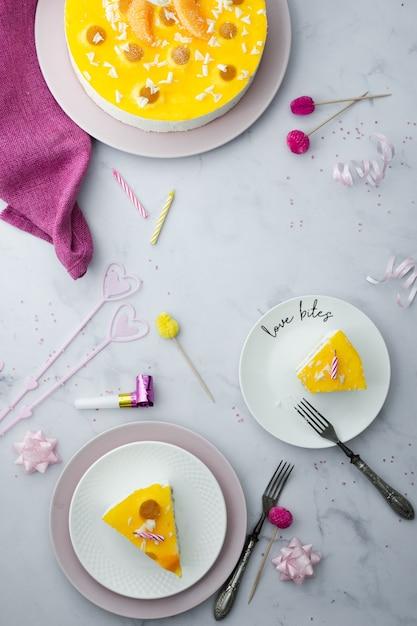 スライスと誕生日の装飾とケーキのフラットレイアウト 無料写真