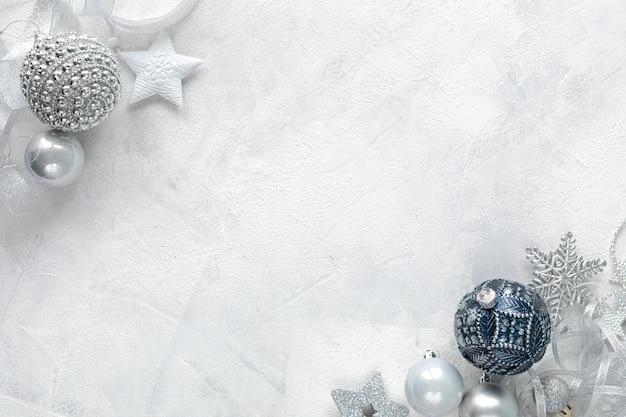 Плоская планировка празднования рождества белые, синие и серебряные игрушки на белом фоне плоская планировка, вид сверху, копия пространства Premium Фотографии