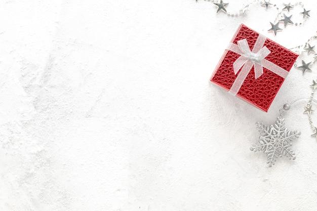 Плоская планировка празднования. новогодняя композиция. рождественские красные и серебряные украшения на белом фоне вид сверху, копией пространства Premium Фотографии