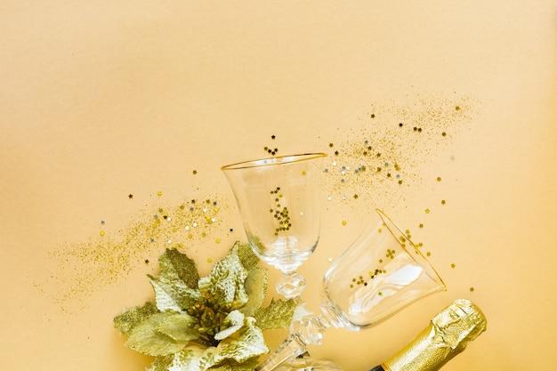Плоская планировка празднования. два бокала для шампанского и подарков на желтом фоне Бесплатные Фотографии