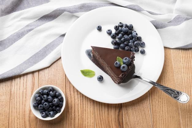 Плоский слой шоколадного торта на тарелке с лопаткой Бесплатные Фотографии