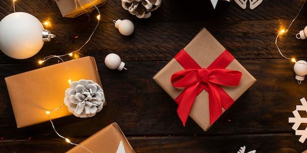 木製のテーブルにクリスマスプレゼントのフラットレイ 無料写真