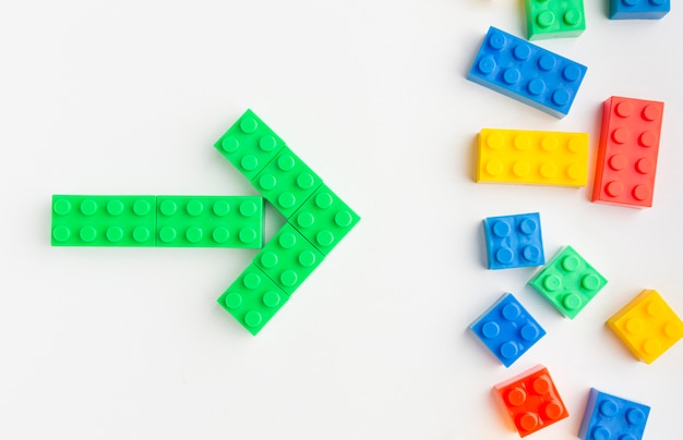 Плоская раскладка цветных игрушечных стрелок Premium Фотографии