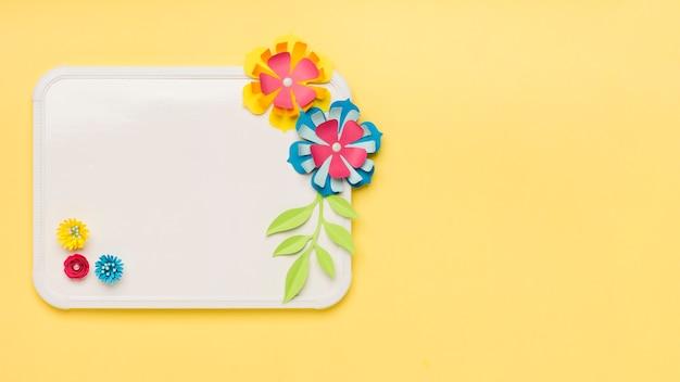 Плоская планировка красочных бумажных цветов на доске Бесплатные Фотографии