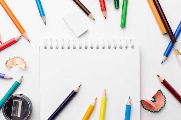 カラフルな鉛筆とノートのフラットレイアウト 無料写真