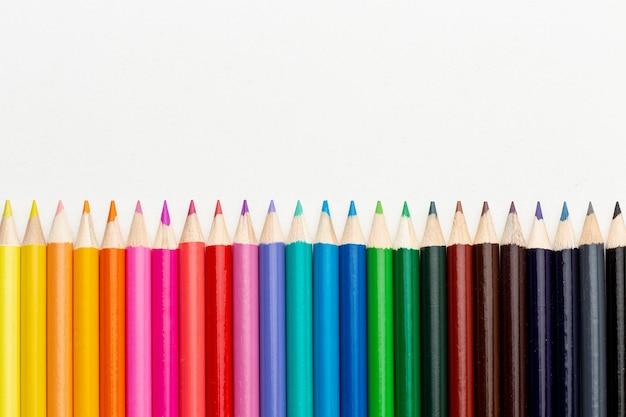 コピースペースでカラフルな鉛筆のフラットレイアウト 無料写真