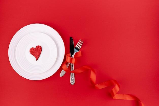 Плоский набор столовых приборов с сердцем на тарелку и копией пространства Бесплатные Фотографии