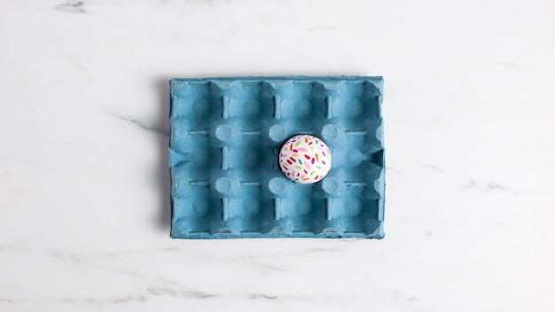 Плоская кладка украшенного пасхального яйца в картонной коробке Бесплатные Фотографии