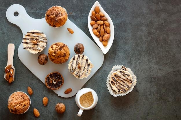 Плоская планировка вкусных кексов Premium Фотографии