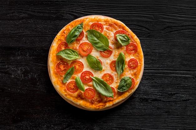 Плоская планировка вкусной пиццы Premium Фотографии