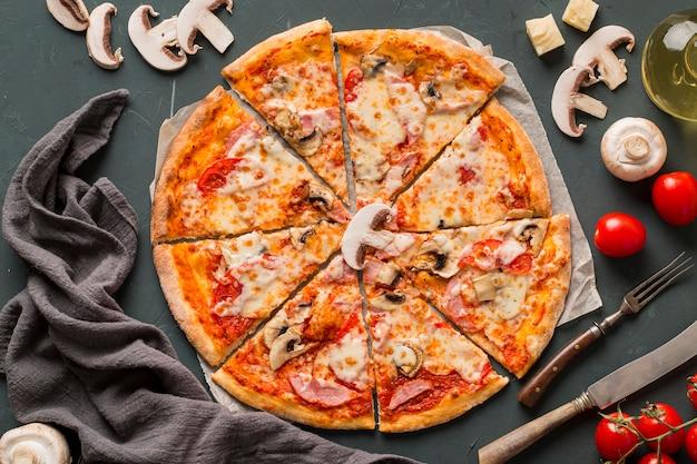 キノコのおいしいピザのフラットレイアウト 無料写真