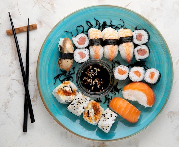 コピースペース付きの美味しいお寿司のフラットレイアウト Premium写真
