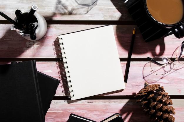 Плоская планировка стола на деревянном столе Бесплатные Фотографии