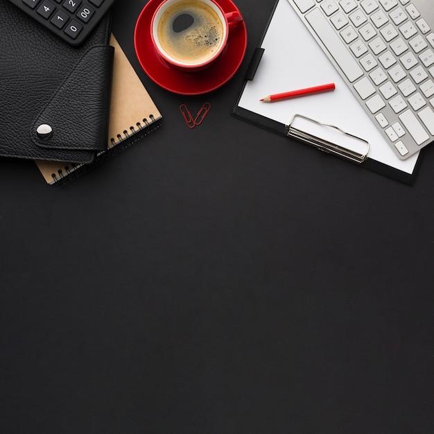 Плоский стол с кофейной чашкой и повесткой дня Бесплатные Фотографии