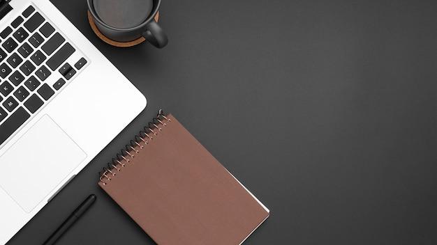 Плоская планировка рабочего стола с копией пространства и блокнотом Premium Фотографии